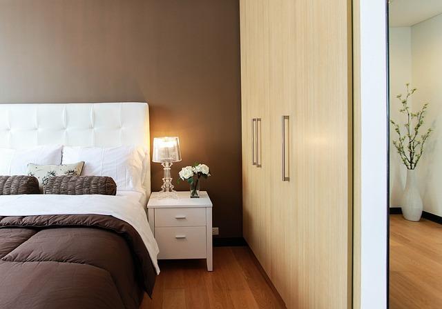ložnice s velkou skříní