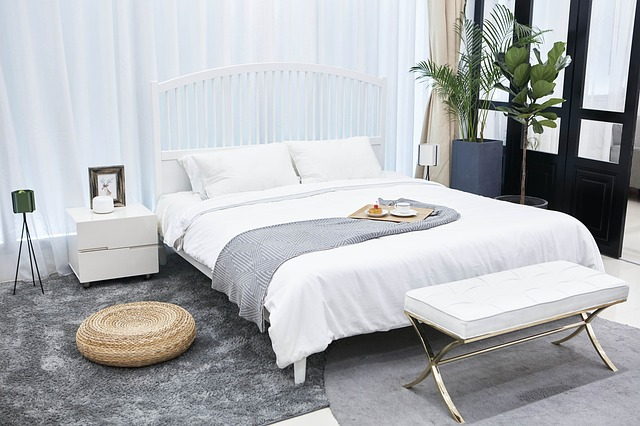 jednoduchá bílá ložnice